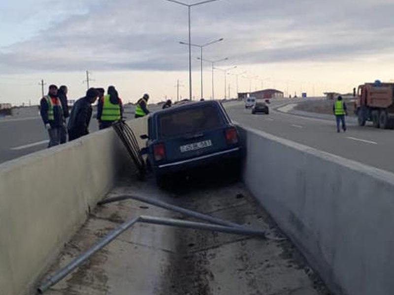 """Bakı-Şamaxı yolunda qəza, """"VAZ"""" yolayrıcında beton arasına düşdü - FOTO"""