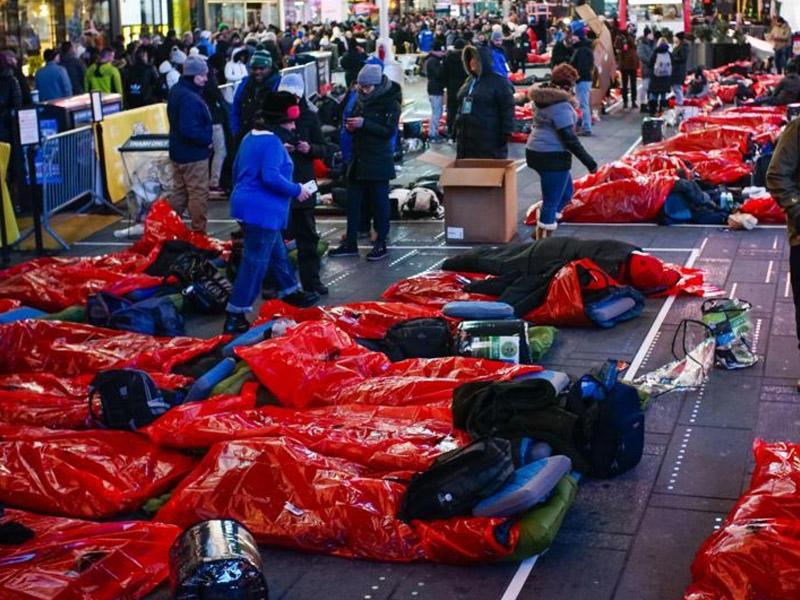 Evsizlərə dəstək aksiyası- Minlərlə insan küçələrdə gecələyib