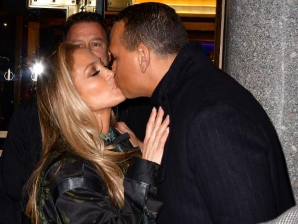 """50 yaşlı Cennifer sevgilisini öpməkdən doymadı - <span class=""""color_red"""">FOTO</span>"""