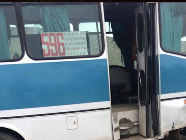 """&quot;Sədərək&quot; Ticarət Mərkəzində avtobus və minik avtomobili toqquşub, <span class=""""color_red"""">2 nəfər xəsarət alıb - FOTO</span>"""