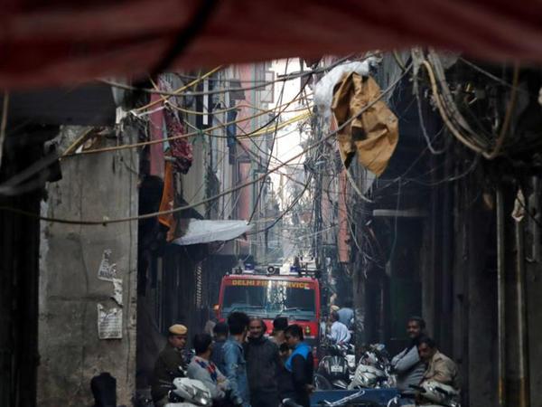 Dehlidə 43 adamın ölümü ilə nəticələnən fabrik yanğınının səbəbləri araşdırılır