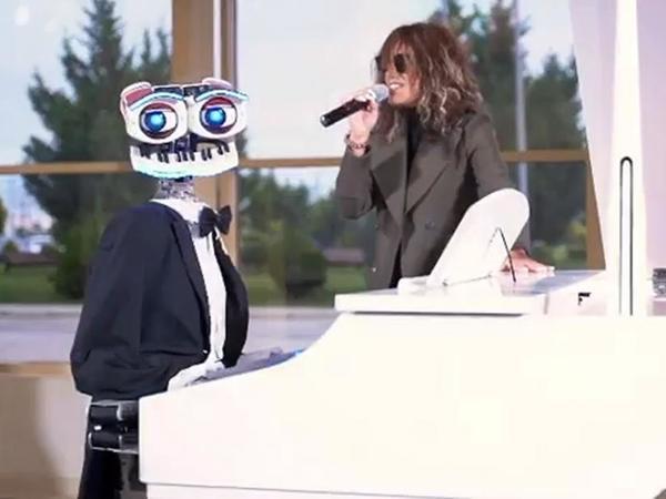 Röya robotla birgə mahnı oxuyub