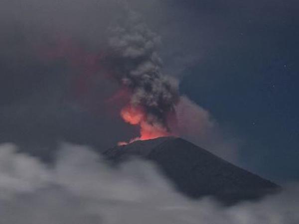 """Yeni Zelandiyada vulkan püskürdü - <span class=""""color_red"""">5 nəfər öldü, itkin düşənlər var</span>"""