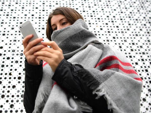 Düyməli mobil telefonlardan smartfonlara keçid kəllə-beyin travmalarının sayını artırıb
