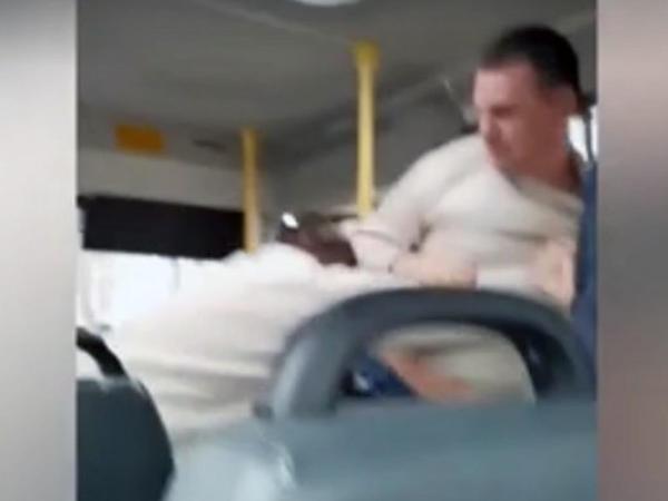 """Sərnişin avtobusunda iki sürücü arasında əlbəyaxa dava - <span class=""""color_red"""">VİDEO</span>"""