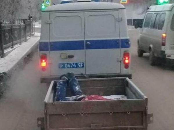 Polislər meyiti qoşquda apardılar - FOTO