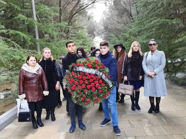 """2 saylı texniki-hümanitar liseyin kollektivi Ümummilli Liderin məzarını ziyarət etdi - <span class=""""color_red"""">FOTO</span>"""