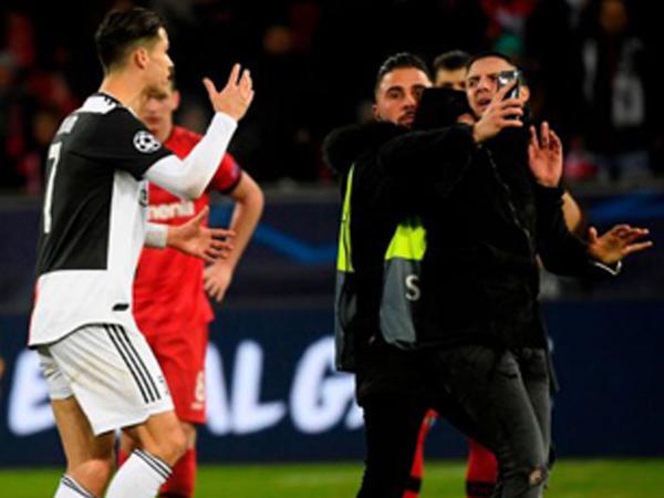 """Ronaldo onunla şəkil çəkdirmək istəyən azarkeşə əsəbləşdi - <span class=""""color_red"""">VİDEO</span>"""