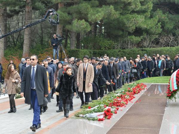 Mədəniyyət Nazirliyinin kollektivi ümummilli liderin məzarını ziyarət edib - FOTO