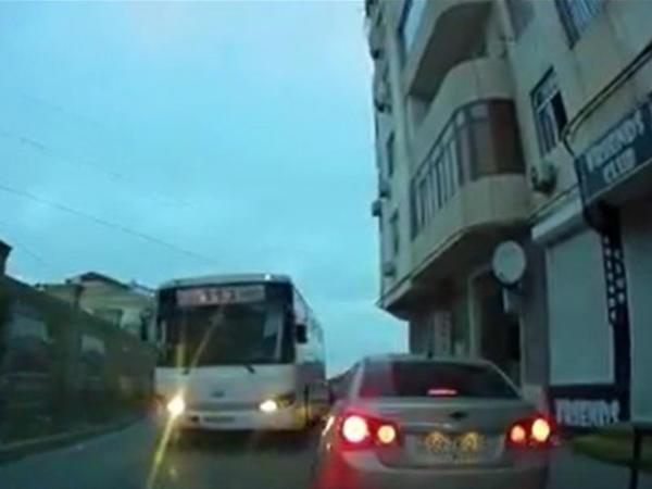"""Dar yolda &quot;protiv&quot; gedib təhlükə yaradan daha bir avtobus sürücüsü - <span class=""""color_red"""">VİDEO</span>"""