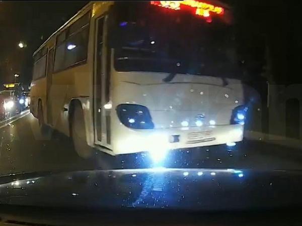 """Bakının ən özbaşına marşrut avtobusları - ÖLÜM TƏHLÜKƏSİ - <span class=""""color_red"""">VİDEO - FOTO  </span>"""