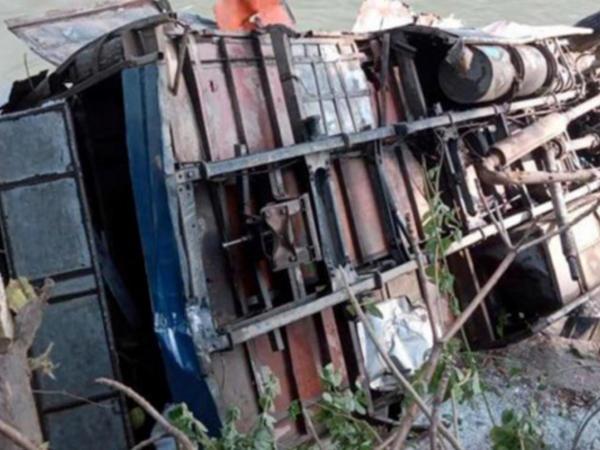 """Zəvvarları daşıyan avtobus aşdı - <span class=""""color_red"""">13 ölü, 16 yaralı</span>"""