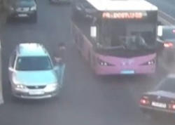 """Taksi qəza törətdi, piyada son anda xilas oldu - <span class=""""color_red"""">ANBAAN VİDEO</span>"""
