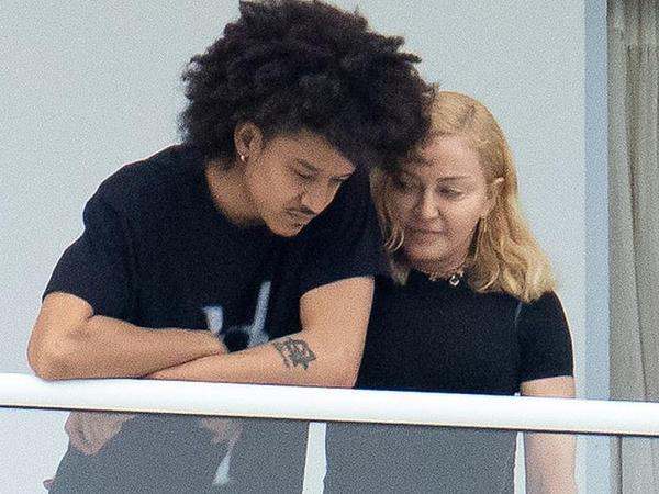 """61 yaşlı Madonna 26 yaşlı sevgilisi ilə gündəmdə - <span class=""""color_red"""">FOTO</span>"""