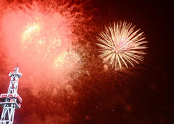 """Yeni il gecəsi bir milyona yaxın insan Bakının mərkəzində toplaşıb - <span class=""""color_red"""">FOTO</span>"""