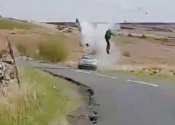 """Döngəyə sürətlə girən sürücü motosikletçini vurdu - <span class=""""color_red"""">Bayker havada uçdu - VİDEO</span>"""