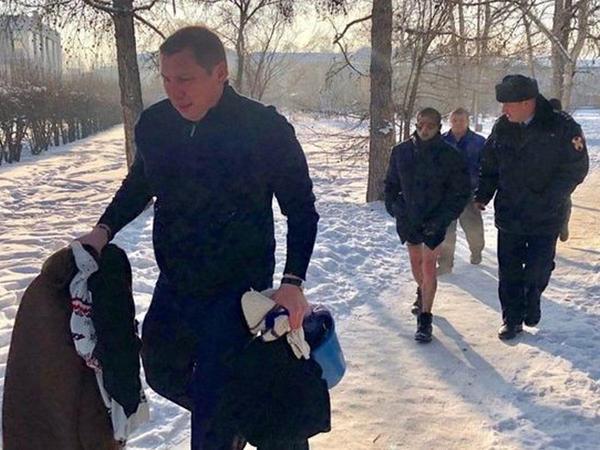 Rusiyada mer özünü yandıran yarıçılpaq kişini xilas etdi - FOTO
