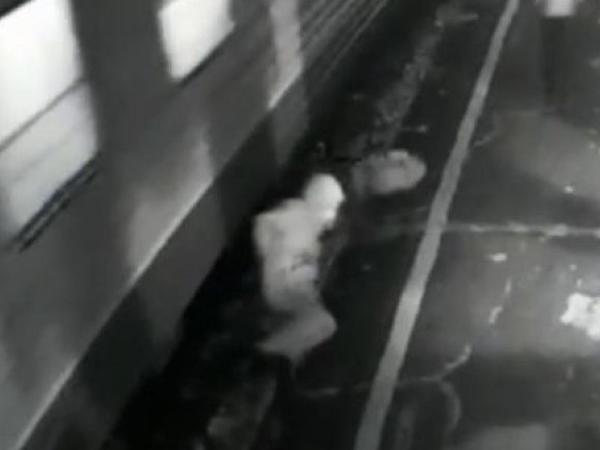"""Sərnişin qatarla platformanın arasında qaldı: <span class=""""color_red"""">iki ayağı da amputasiya edildi - VİDEO</span>"""