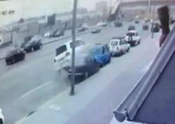 """Bakıda ağır qəza: """"Toyota"""" eyni anda 4 avtomobili əzdi - VİDEO"""