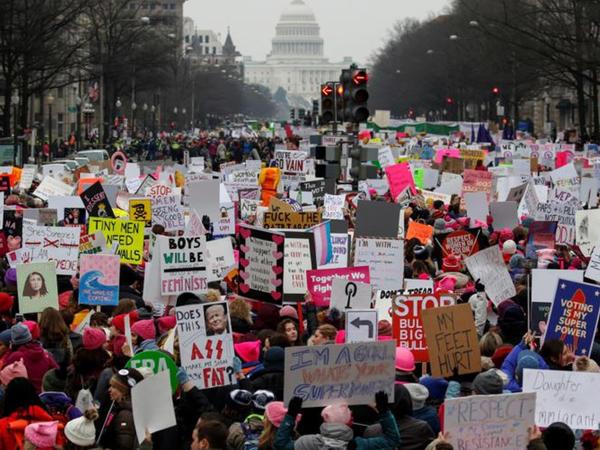 Minlərlə qadın dördüncü Qadınlar Marşında iştirak edir