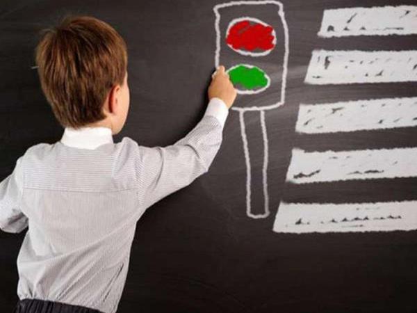 Yol hərəkəti qaydalarını uşaqlara necə öyrətməli?