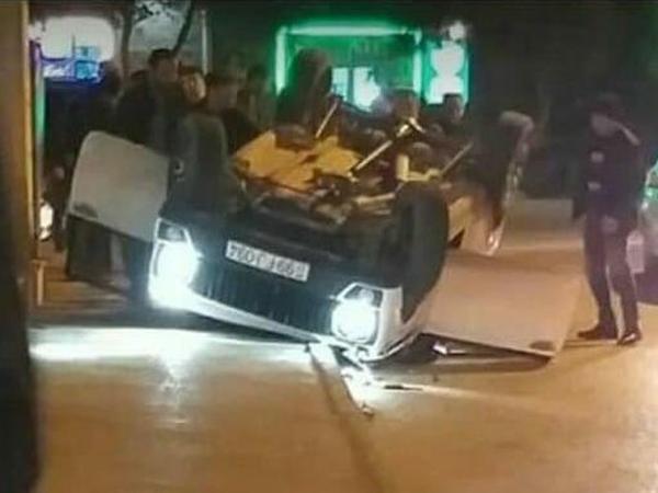 """Bakıda avtomobil aşdı: <span class=""""color_red"""">sürücü yaralandı - VİDEO</span>"""