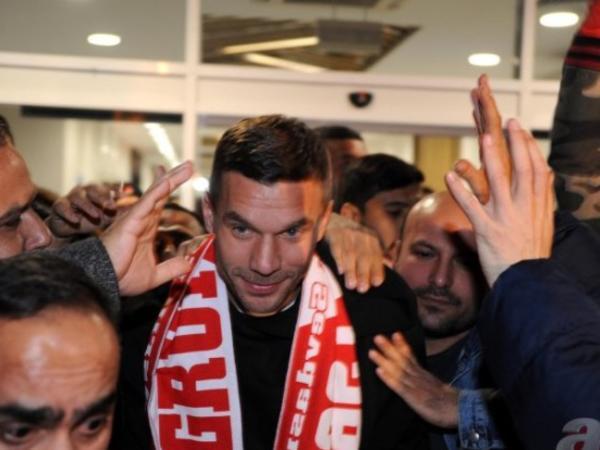 Podolski Türkiyəyə qayıtdı - RƏSMİ