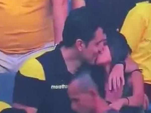 """Başqa qızla futbola baxmağa gedən oğlan öpüşərkən kameraya düşdü - <span class=""""color_red"""">Sevgilisi onları TV-də gördü - VİDEO - FOTO</span>"""
