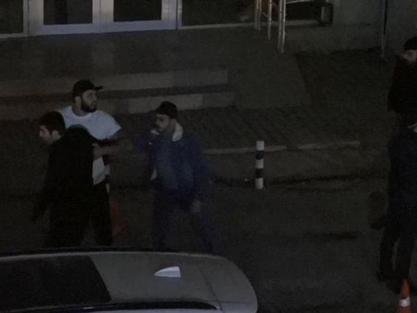 Bakıda restorandan çıxan şəxs ətrafdakı insanlara bıçaqla hücum etdi - VİDEO - FOTO