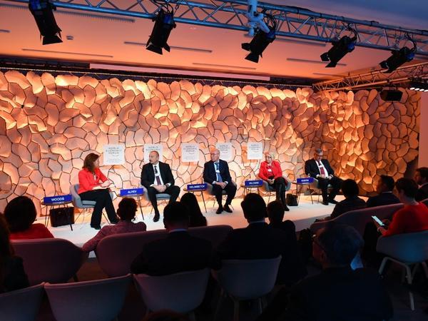 """Prezident İlham Əliyev Davos Dünya İqtisadi Forumunun """"Strateji baxış: Avrasiya"""" mövzusunda panelində iştirak edib - FOTO"""