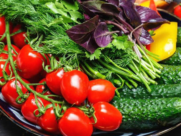 """Pomidorla xiyarı birlikdə yemək olmaz – <span class=""""color_red""""> Səbəb və zərəri</span>"""