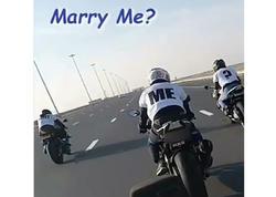 """Hələ belə evlilik təklifi olmamışdı - <span class=""""color_red"""">Motosikletin üzərindəki cütlükdən inanılmaz VİDEO</span>"""