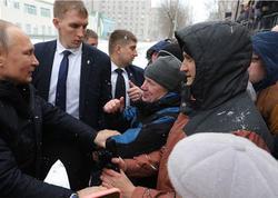 Putin soyuqda gözləyən insanlara görə kortejini saxlatdırdı - VİDEO