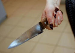"""Rusiyada qadın polislərə bıçaqla hücum etdi - <span class=""""color_red"""">FOTO</span>"""
