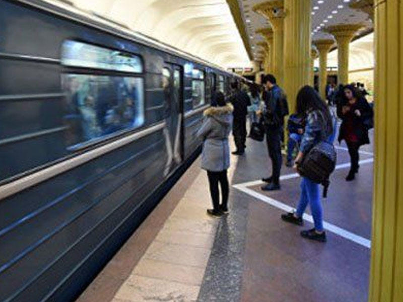 Bakıda metroda qadın özünü qatar yoluna atdı
