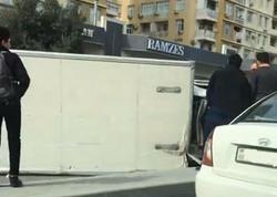 Bakıda ağır qəza: yük maşını aşdı, 4 avtomobil toqquşdu - VİDEO