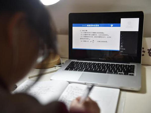 Çində məktəblərdə koronavirusun yayılmasına görə onlayn təhsil sisteminə başlanılıb