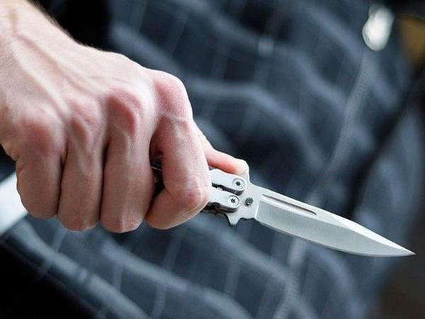 Aldadıb evinə dəvət etdiyi kişiyə bıçaq çəkdi