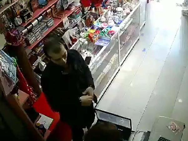 Bakıda oğurluq: özünü mağaza sahibinin dostu kimi qələmə verib kassanı soydu - VİDEO