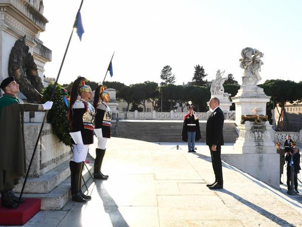 Prezident İlham Əliyev Romada naməlum əsgər abidəsini ziyarət edib - FOTO