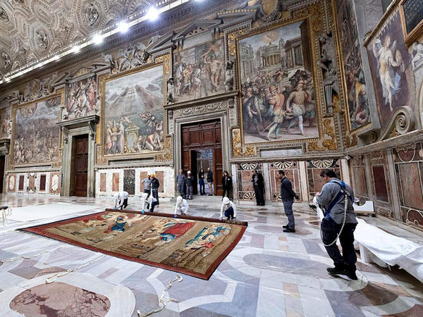 Sikstin kapellasında Rafaelin şpalerləri nümayiş etdirilir