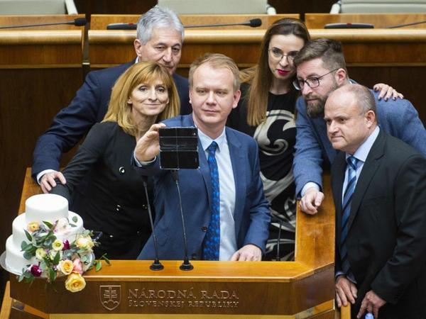 """Slovakiya parlamentində """"tort etirazı"""" başa çatıb"""