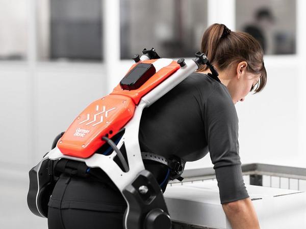 Ştutqart Aeroportunda ekzoskeletlər yükdaşıyanlara kömək edəcək - VİDEO
