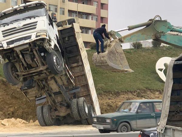 Bakı-Sumqayıt yolunda yük maşını çuxura düşdü - FOTO