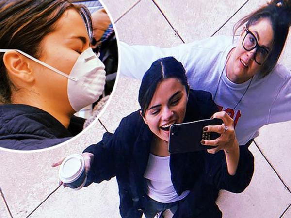 """Selena Qomez ABŞ-da maskada gəzir - <span class=""""color_red"""">Koronavirus qorxusu</span>"""