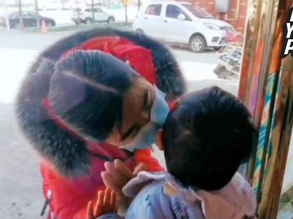 """Ana 26 gün sonra görə bildiyi oğlunu şüşənin arxasından öpdü - <span class=""""color_red"""">Çindən təsirli kadrlar - VİDEO</span>"""