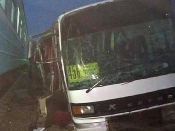 Avtobus qatarla toqquşdu, 15 nəfər həlak oldu