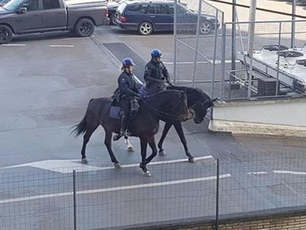 Karantin qaydalarına nəzarət edən polislərdən diqqətçəkən addım - FOTO