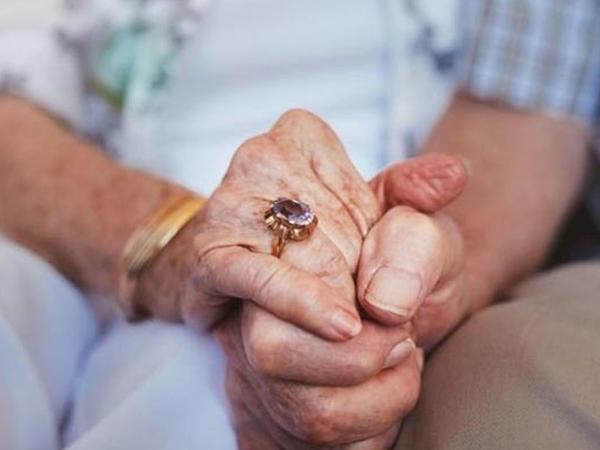 65 il evli olan cütlük eyni gündə koronavirusdan öldü