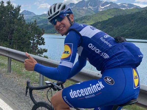 Peşəkar velosipedçi könüllü kuryerlik edir